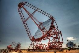 Das große H.E.S.S.-Teleskop mit 614 m2 Spiegelfläche und zwei der vier kleineren Teleskope mit je 107 m2 Spiegelfläche. Mit dem großen Teleskop gelang dier erstmalige Entdeckung eines Gammastrahlenausbruchs im höchstenergetischen Gammastrahlenbereich. (Bild: MPIK/Christian Föhr)