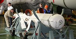 Rettungsraketen- bzw. Fluchtturm vor der Montage auf der Rakete mit Sojus-MS 10 (Bild: Roskosmos)
