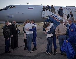 Alexej Owtschinin und Nick Hague begrüßen Familienmitglieder am Flughafen Krayniy (Bild: NASA / Bill Ingalls)