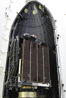 Asiasat 6 unter einer Hälfte der Nutzlastverkleidung. (Bild: Asiasat)