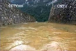 Abfluss des Entwässerungstunnels (Bild: CNTV)