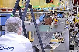 Letzter Check an FM23 in der Bremer Integrationshalle von OHB. (Bild: Bild: OHB)