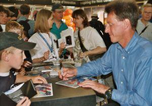 Michael Foale umgeben von seinen Fans, die auf Autogramme warten (Bild: Kirsten Müller)
