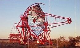 Zwei der vier Tscherenkow-Teleskope während des Aufbaus. (Foto: The H.E.S.S.-Project)