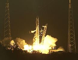 Start zum dritten Flug einer Falcon 9. Dragon an ihrer Spitze soll Fracht zur ISS bringen. (Bild: NASA TV)