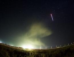 Die Variante für Foto-Ästheten - 30-Sekunden-Belichtung kurz nach dem Abheben von TMA-13M (Bild: NASA/Joel Kowsky)