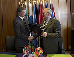 Jean-Jacques Dordain, der Generaldirektor der ESA (rechts im Bild), und Wladimir Popowkin, der Leiter von Roskosmos, unterzeichneten am 14. März 2013 einen Vertrag zur Kooperation bei der Durchführung der Mission ExoMars. (Bild: ESA)