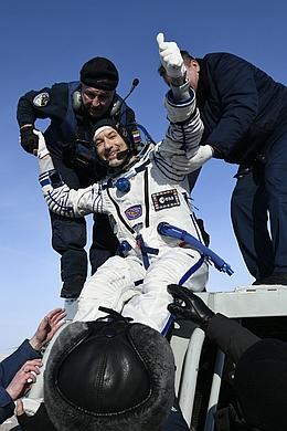 Luca Parmitano beim Verlassen der Sojus-MS 13. (Bild: ESA - M. Pedoussaut)