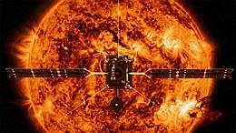 Künstlerische Darstellung von Solar Orbiter vor der glühenden Sonne (Bild: Spacecraft: ESA/ATG medialab; Sun; NASA/SDO/P. Testa (CfA))