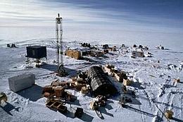 Das Amanda-Projekt macht sich tief in der Antarktis auf der Suche nach Neutrinos, die bereits einmal quer durch den Erdball geflogen sind. (Bild: UW-Madison University /Robert Morse)