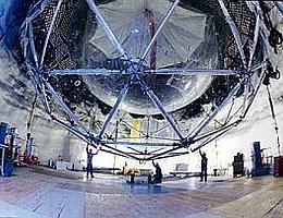 Dieses Neutrino-Teleskop weicht durch seine Lage tief unten in einem alten Bergwerk dem störenden Hintergrundrauschen aus. (Bild: Sudbury Neutrino Observatory)