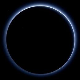 Hochauflösendes Farbbild der Nebelschichten in der Plutoatmosphäre, aufgenommen von der Raumsonde New Horizons am 14. Juli 2015. (Bild: NASA/JHUAPL/Schweiz)