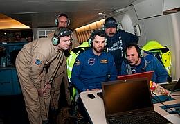 Die ersten Daten der Bedeckung erscheinen auf dem Bildschirm. Das SOFIA-Team ist sichtlich zufrieden. Von links nach rechts: Holger Jakob, Heinz Hammes, Enrico Pfüller, Jürgen Wolf, Manuel Wiedemann. (Bild: NASA, Carla Thomas)