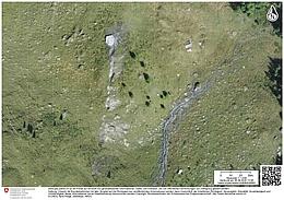 Nach einem beeindruckenden Felssturz in den Schweizer Alpen am Mel de la Niva im Jahre 2015 kommt ein großer Gesteinsbrocken unweit einer Berghütte zum Stillstand. (Bild: Schweizer Bundesamt für Topografie)