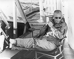 Glenn nach dem Flug mit Friendship 7 am 20. Februar 1962 an Bord der USS Noa (Bild: NASA)