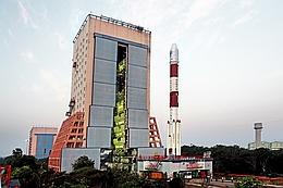 PSLV-C32 auf dem Weg zur Startrampe (Bild: ISRO)