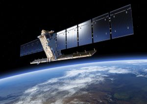 So soll es mal aussehen - Sentinel 1A bei der Arbeit. Der dreiachsstabilisierte Satellit hat eine Bauhöhe von 4,4 Metern. Seine Solarzellen liefern 6,1 Kilowatt Leistung. (Bild: ESA/ATG medialab)