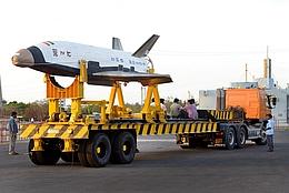 RLV-TD beim Transport zur Startrampe (Bilder: ISRO)