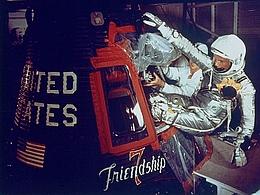 John Glenn mit Friendship 7 (Bild: NASA)