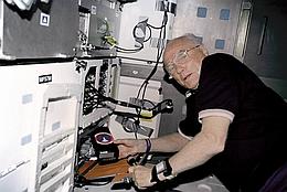 Glenns Rückkehr ins All - Im Mitteldeck während der Mission STS-95 (Bild: NASA)