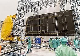 GSAT 18 beim Entfaltungstest eines Solarzellenauslegers in Kourou (Bild: ESA / CNES / Arianespace / CSG