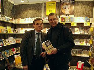 Autor (li.) und Kritiker (re.) mit der Neuerscheinung (Bild: privat)