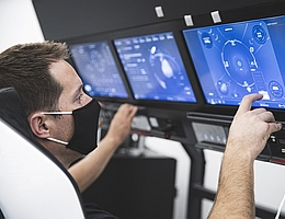 Thomas Pesquet trainiert im Dragon-Simulator. (Bild: SpaceX/ESA/NASA)