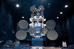 Sky Muster II in Antennentestkammer bei SSL (Bild: SSL)