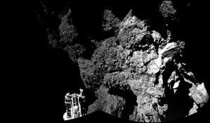 Diese Aufnahme fertigte die an Bord des Kometenlanders befindliche CIVA-Kamera am 12. November 2014 an. Im Bildvordergrund ist einer der drei Landefüße des Landers erkennbar. (Bild: ESA, Rosetta, Philae, CIVA)