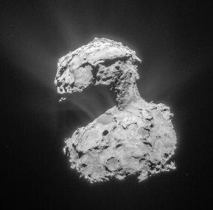 Diese Aufnahme der Navigationskamera der Raumsonde Rosetta wurde am 14. März 2015 aus einer Entfernung von etwa 85,7 Kilometern zum Zentrum des Kometen 67P angefertigt. Das Foto zeigt die immer weiter zunehmende Aktivität des Kometen. Die Auflösung liegt bei 7,3 Metern pro Pixel. (Bild: ESA, Rosetta, NavCam - CC BY-SA IGO 3.0)