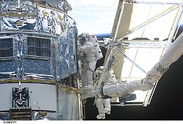John Grunsfeld und Richard Linnehan während des Austauschs der PCU. (Foto: NASA)