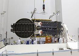 Sky Muster II wird in Kourou aus dem Transportcontainer gehoben (Bild: ESA /CNES / Arianespace / CSG)