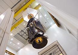 Sky Muster II am Kran vor dem Aufsetzen auf die Nutzlasttragstruktur SYLDA (Bild: ESA /CNES / Arianespace / CSG)