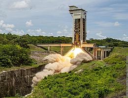 P120C im statischen Brennversuch in Kourou. (Bild: ESA/CNES/Arianespace/CSG)