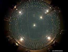 In diesem Bild ist zusätzlich der zentrale Nylonballon zu sehen, der 280 Tonnen einer speziellen Szintillatorflüssigkeit enthält. (Bild: Borexino Collaboration)