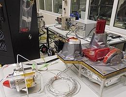 Wohlbehalten in Friedrichshafen angekommen sind die vier Sensoren der Einheit PEP-Lo: PEP-JDC, PEP-JEI, PEP-NIM und PEP-JNA (von links nach rechts). Der in etwa zylinderförmige Sensor PEP-JEI findet sich in der Bildmitte. Er ist in silbrige, isolierende Folie verpackt. (Bild: Airbus)