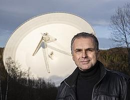 Prof. Anton Zensus, Direktor und Leiter der Forschungsabteilung Radioastronomie/VLBI am Max-Planck-Institut für Radioastronomie (MPIfR) übernimmt die wissenschaftliche Koordination bei der Beteiligung der radioastronomischen Institute im Rahmen des Opticon-RadioNet-Pilotprojekts. Im Hintergrund das 100-m-Radioteleskop des MPIfR bei Bad Münstereifel-Effelsberg. (Bild: Silvia Steinbach)