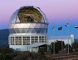 Kuppel des 10-Meter Hobby-Eberly-Teleskops am McDonald-Observatoriums in Texas. (Bild: Ethan Tweedie Photography)
