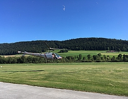 Der Helikopter mit FlyPol an Bord startet vom Flugplatz in Môtiers. (Bild: zvg Lucas Patty)