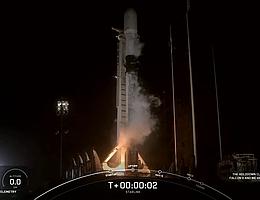 Zum neunten Mal für die Erststufe: Falcon 9 hebt ab. (Bild: Webcast SpaceX)