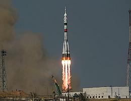 Liftoff für die Sojus-Trägerrakete mit drei Raumfahrern an Bord. (Bild: NASA)
