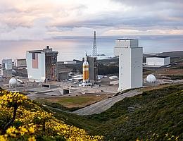 Delta IV auf ihrer Startrampe, LC-6. Diese wurde ursprünglich in den Sechzigern für das nie realisierte Manned Orbiting Laboratory gebaut und später für polare Starts des Space Shuttle umgerüstet. Infolge der Challenger-Katastrophe kam das bereits fertiggestellte Pad jedoch nie hierfür zum Einsatz. (Bild: ULA)