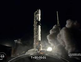 Angetrieben von 9 Merlin-1D-Triebwerken hebt Falcon 9 mit 60 Starlink-Satelliten an Bord gen Nachthimmel ab. (Bild: Webcast SpaceX)
