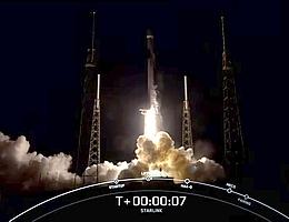Angetrieben von neun Merlin-Triebwerken hebt die Falcon-9-Erststufe B1051 ein zehntes Mal ab. Sie transportiert 60 Starlink-Internetsatelliten gen Orbit. (Bild: Webcast SpaceX)