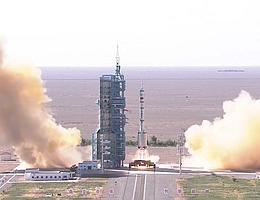 Liftoff der Langer Marsch 2F mit dem 7,8 Tonnen schweren Shenzhou-Raumschiff an der Spitze. (Bild: CCTV)