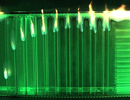 Die brennende Plexiglasprobe. (Bild: ZARM)