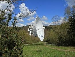 Das 100m-Radioteleskop des MPIfR in der Nähe von Bad Münstereifel, Effelsberg, rund 40 km südwestlich von Bonn. Das Bild zeigt den Zugangsweg vom Besucherpavillon bis zum Aussichtsplateau unmittelbar vor dem Teleskop selbst. (Bild: Norbert Junkes/MPIfR)