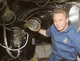 PK3-Plus; Thomas Reiter arbeitet mit dem Plasmakristall Telescience Apparatus im Zvezda Service Modul 2006. (Bild: NASA)