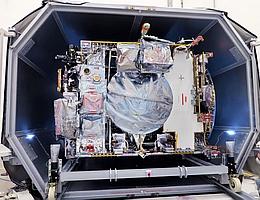 JUICE im Transportcontainer. (Bild: Airbus)