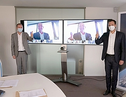 Vertragsunterschrift unter Einhaltung der Abstands- und Hygieneregeln: (v.l.n.r.) Karl-Heinz Servos, Hans Steininger und Ulrich Scheib. (Bild: ArianeGroup)